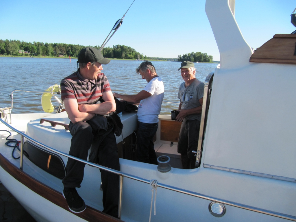 Kuvassa parit Kippareiden katsastajat ja tyytyväinen veneenomistaja